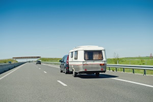 Höchstgeschwindigkeit: Auf deutschen Autobahnen dürfen Gespanne nicht zu schnell sein.