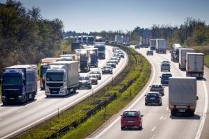 Die Höchstgeschwindigkeit auf der Autobahn liegt für LKW bei 80 km/h.