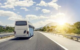 Überscheitung der Höchstgeschwindigkeit: Auf der Autobahn können auch Busse betroffen sein.