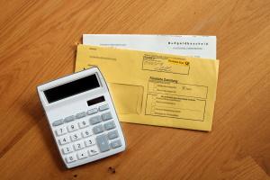 Postlaufzeiten beschreiben den Zeitraum vom Versand bis zum Empfang des Bescheids.