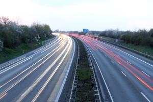 Was zeichnet Autobahn und Kraftfahrstraße aus?