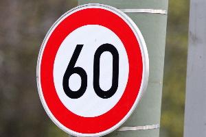 Auf der Schnellstraße ist kein Tempolimit für PKW bestimmt, für LKW hingegen schon.