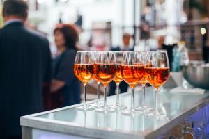 Eine Freiheits- oder Geldstrafe ist bei Alkohol am Steuer ein mögliche Sanktion.