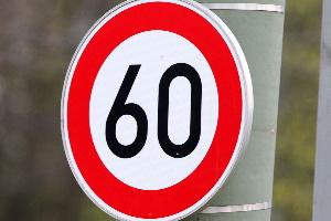 Eine zulässige Höchstgeschwindigkeit kann innerorts auch durch Verkehrszeichen bestimmt sein.