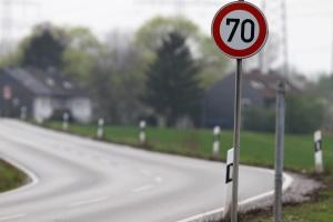 Die Höchstgeschwindigkeit kann außerorts auch durch Verkehrszeichen festgelegt sein.