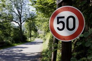 Die Überschreitung der Höchstgeschwindigkeit außerhalb geschlossener Ortschaften zieht Sanktionen nach sich.