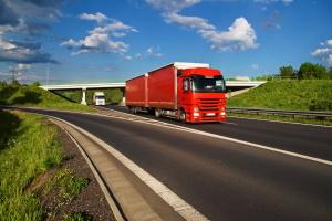 Die zulässige Höchstgeschwindigkeit liegt außerhalb geschlossener Ortschaften für LKW zw. 60 und 80 km/h.