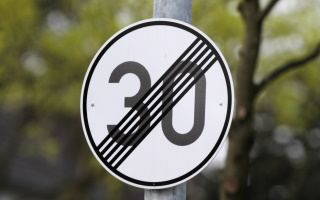 Die Aufhebung einer Geschwindigkeitsbegrenzung kann auch innerorts durch ein Verkehrszeichen erfolgen.