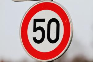 Die allgemeine Geschwindigkeitsbegrenzung liegt innerorts in Deutschland bei 50 km/h.
